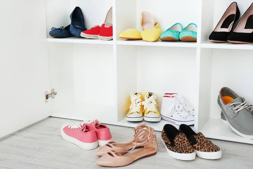 Imagem de calçados sobre estante.