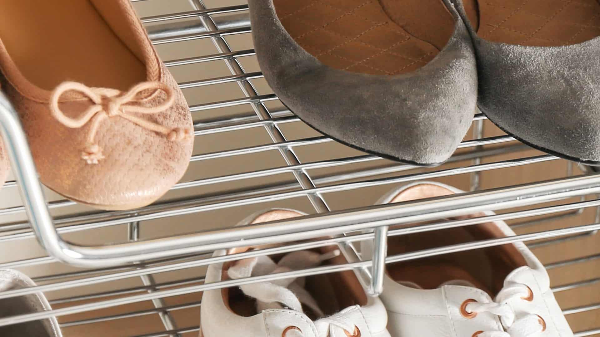 Imagem de sapateira com sapatos.