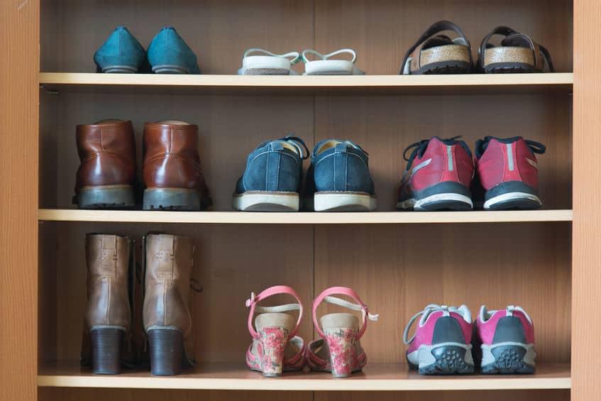 Imagem de vários tipos diferentes de sapato em sapateira.