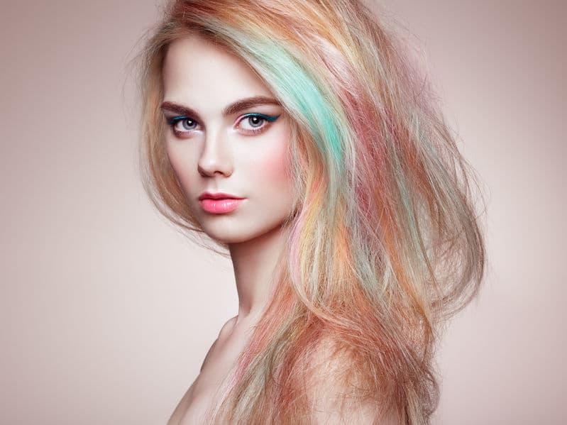 Mulher com cabelo colorido