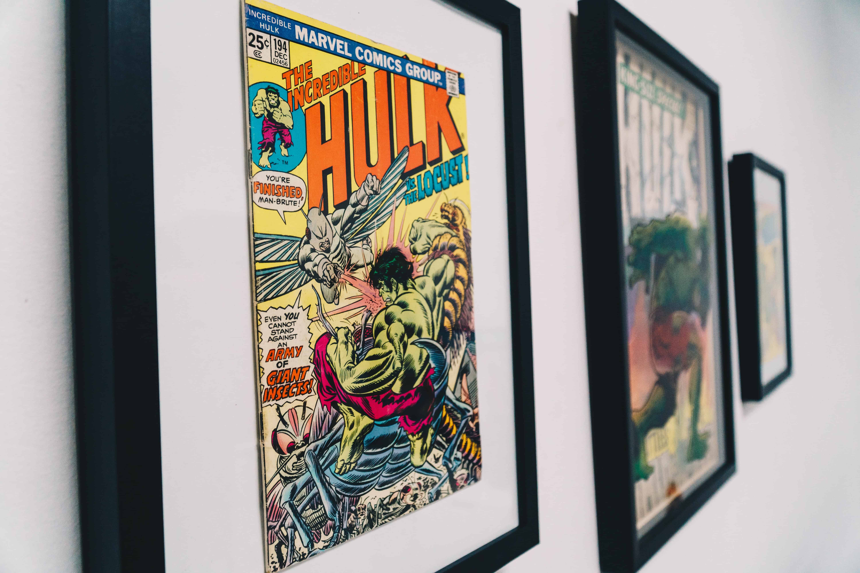 Quadros na parede com HQs do Hulk.
