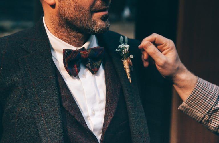 Homem com gravata borboleta.