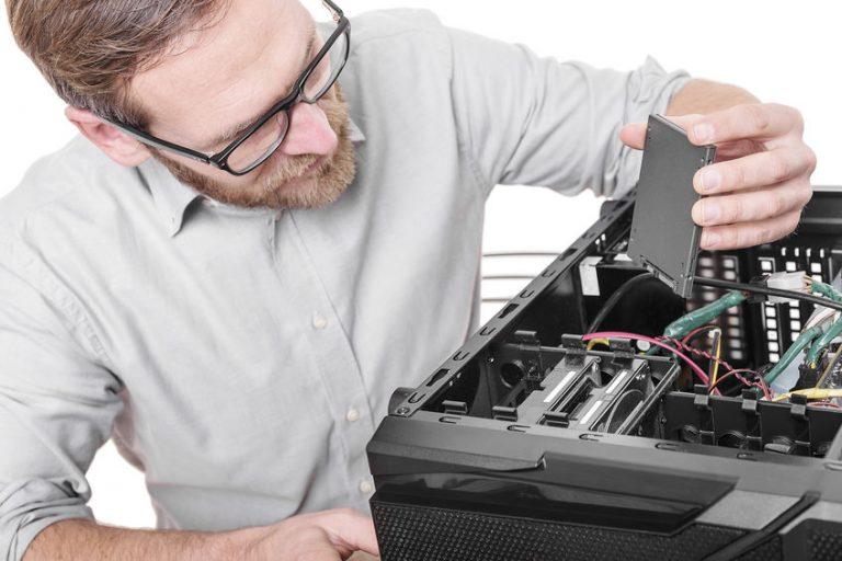 Imagem de homem mexendo em computador.