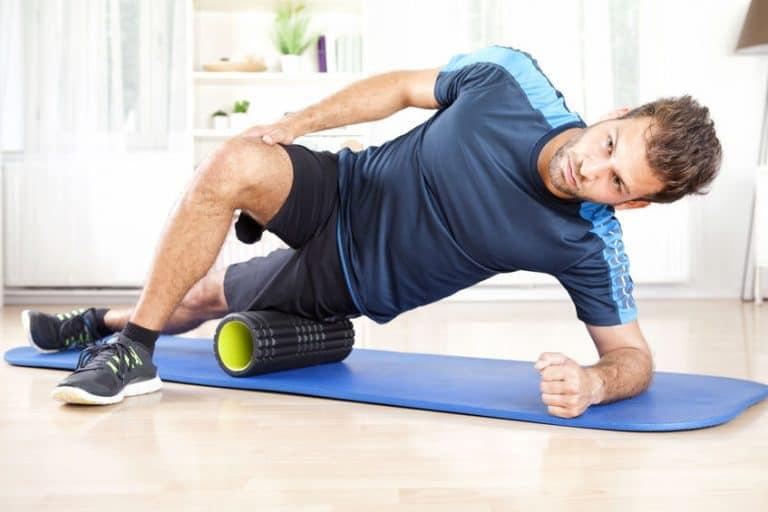 Homem praticando exercício com espuma.