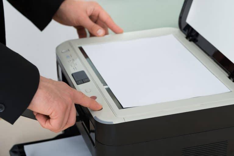 Imagem de pessoa escaneando documento.