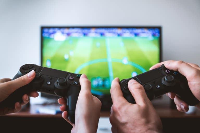Jogo de video game de futebol.
