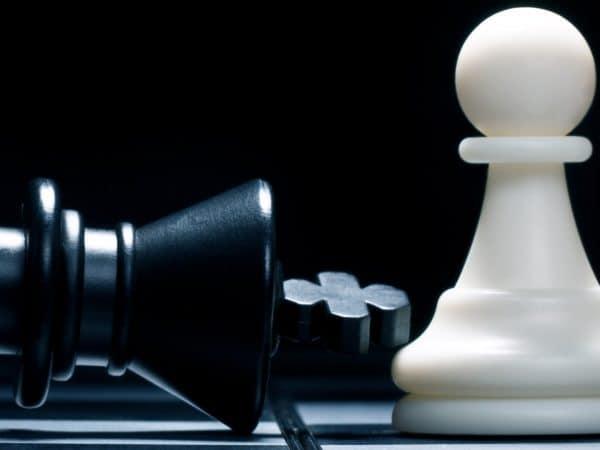 Imagem de peças de jogo de xadrez.