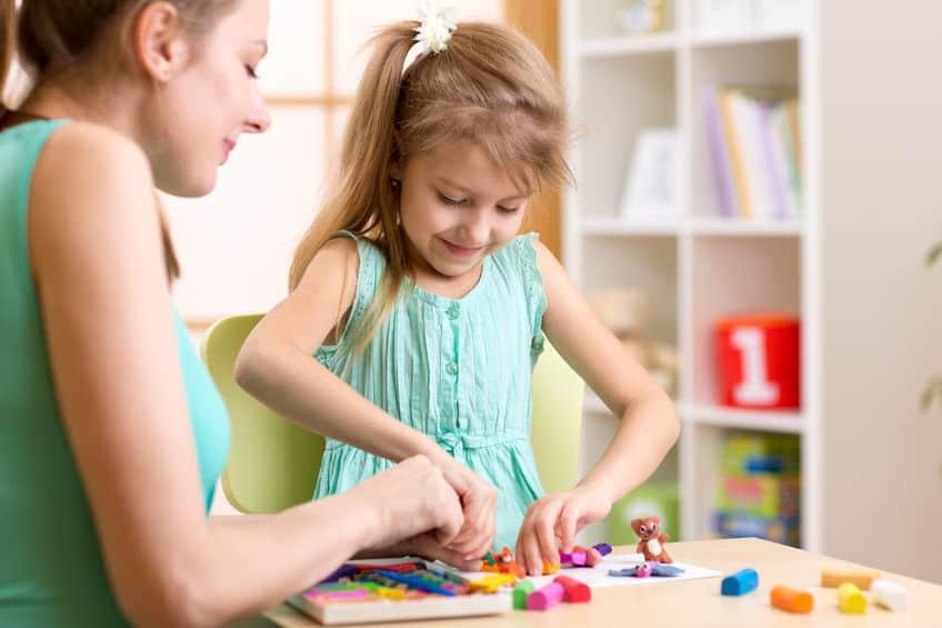 menina brincando com a mãe