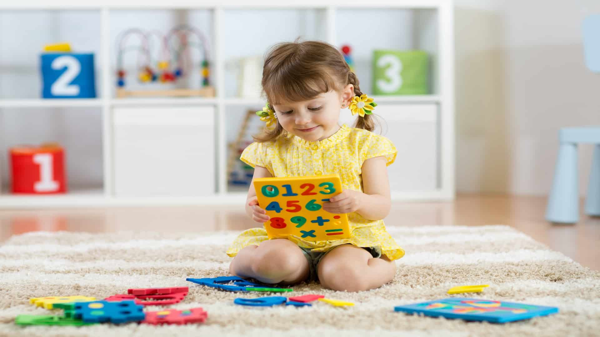 menina com brinquedos educativos