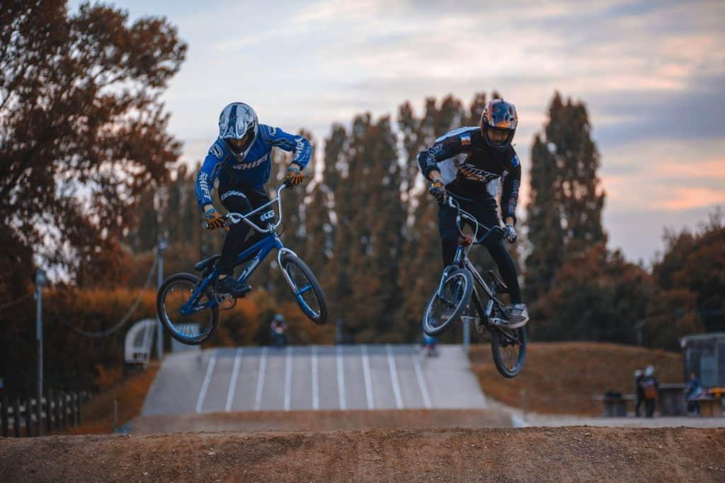 Grupo de rapazes com bicicletas BMX.