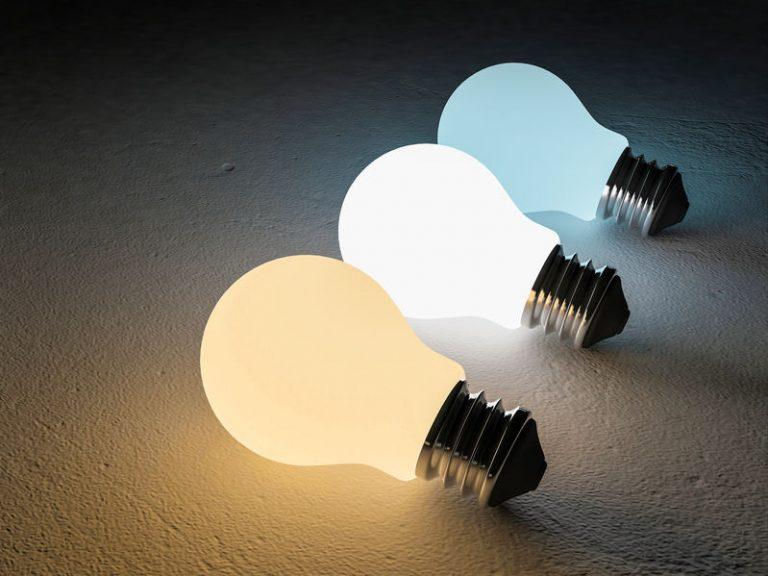 Imagem de lâmpadas acesas.