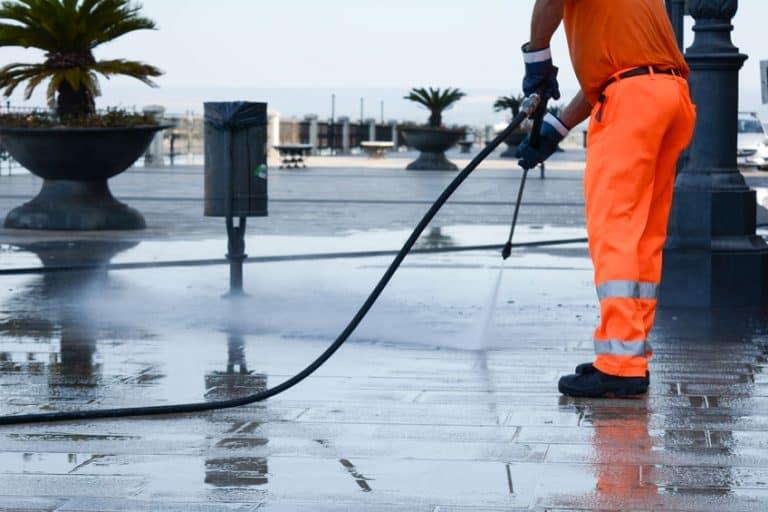 Lavando calçada.