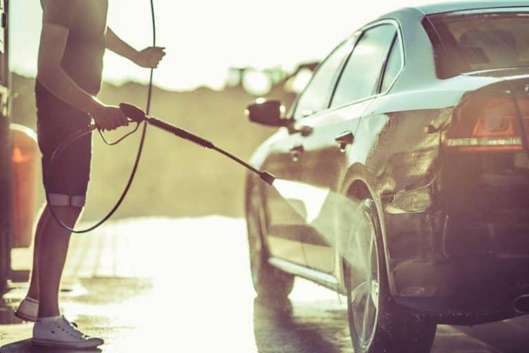Lavando pneu de carro com lavadora alta pressão.