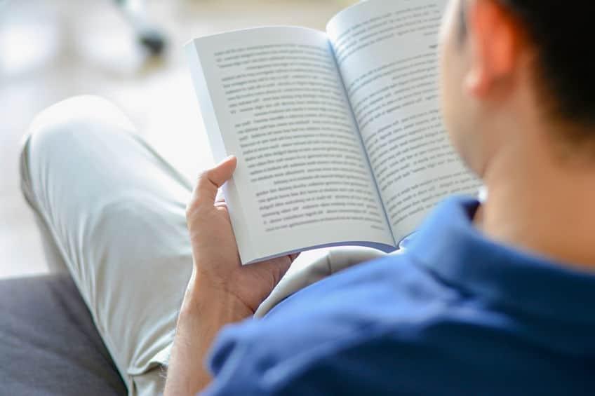 Homem lendo livro.
