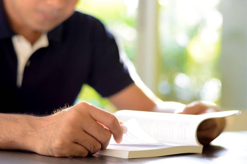 Hombre con libro en manos