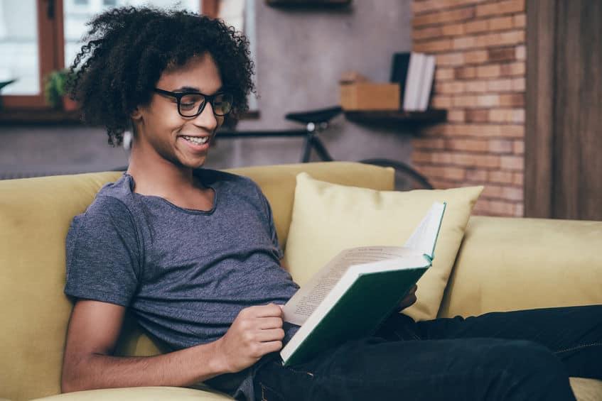 Hombre leyendo en su sala