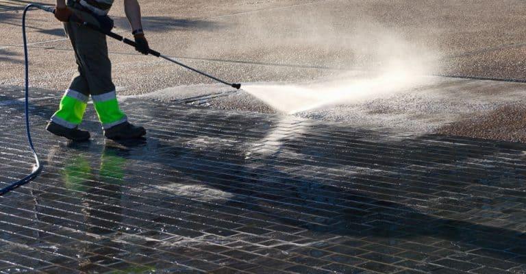 Realizando limpeza de calçada.