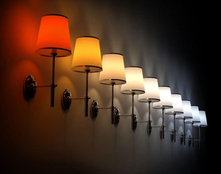 Luminárias com luzes coloridas.