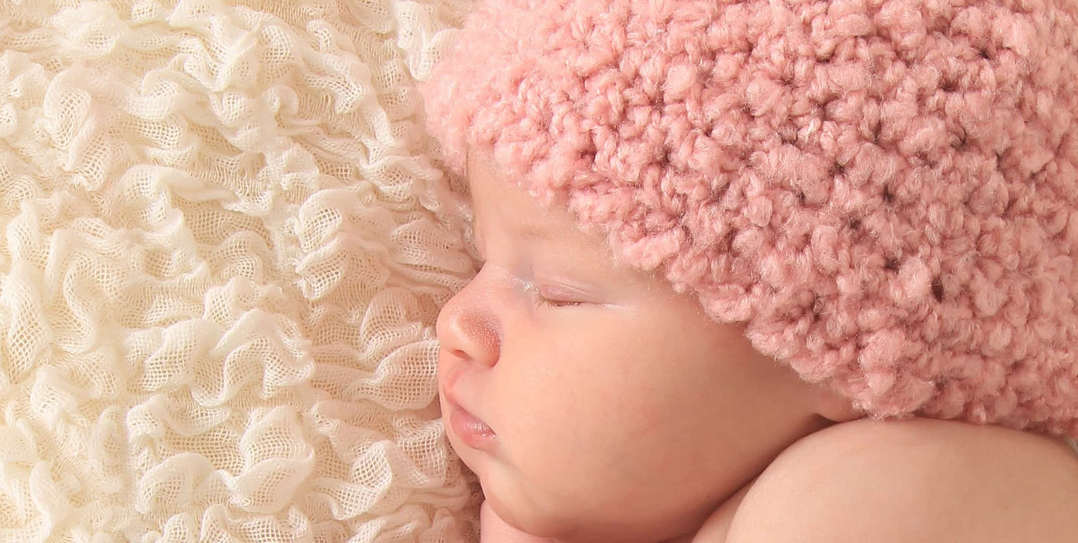 Bebê dormindo sossegamente numa manta