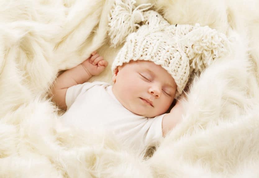 Bebê dormindo tranquilamente sobre uma manta