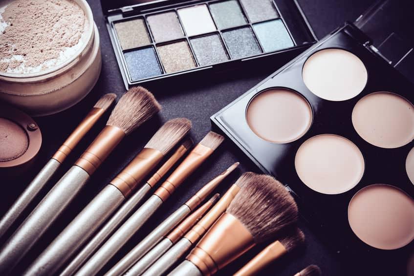 Imagem e maquiagens e pincéis sobre mesa.