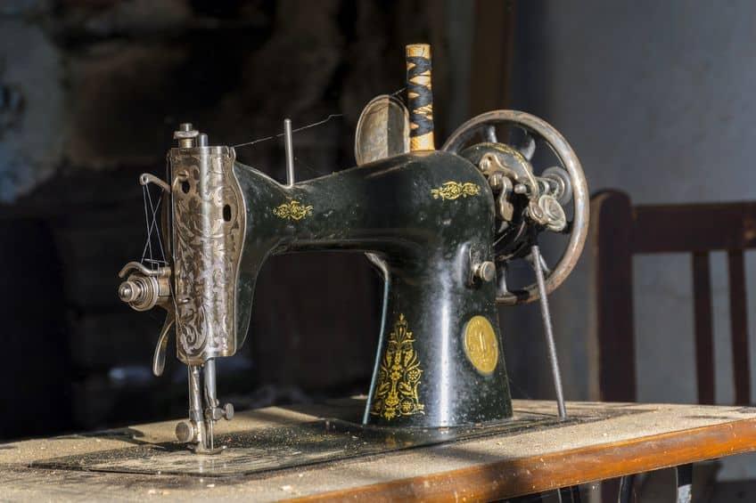 Imagem de máquina antiga de costura.