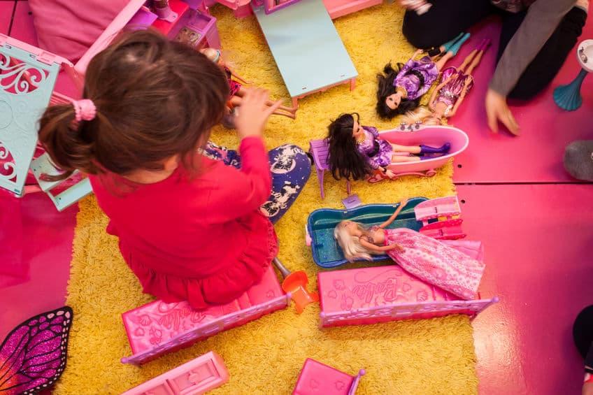 Menina brincando com barbie.