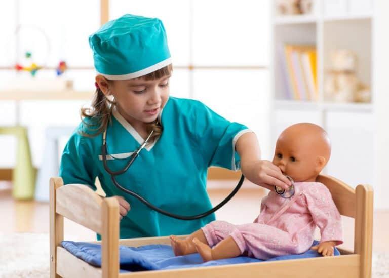 Menina brincando com boneca.