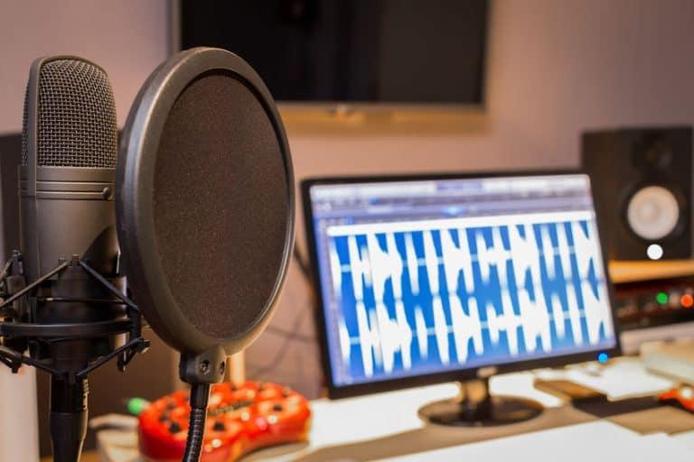 Microfone condensador em estúdio de música.
