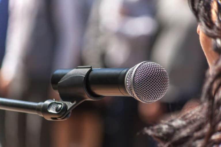 Imagem de microfone sem fio em tripé.