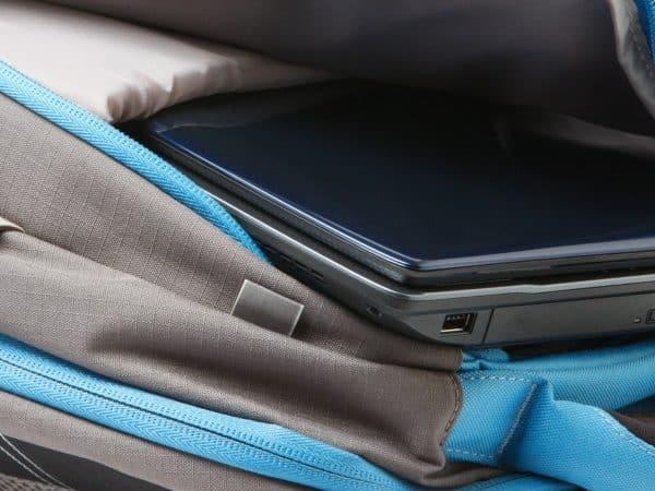 Imagem de mochila com notebook dentro.