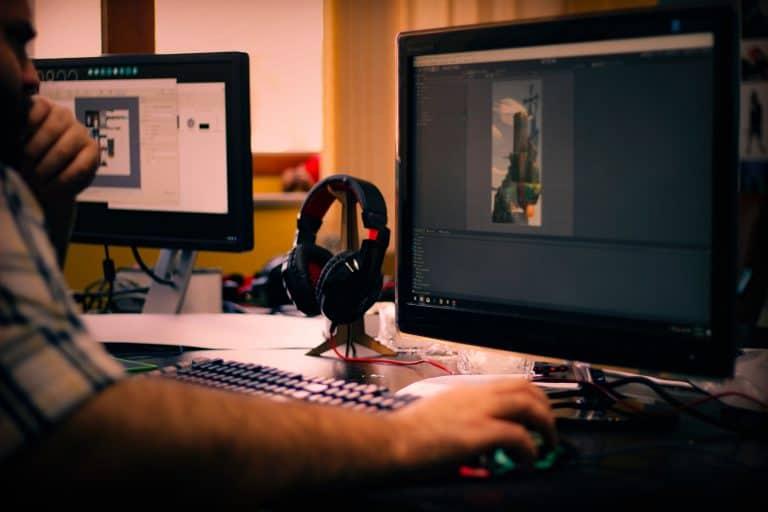 Homem jogando em computador.