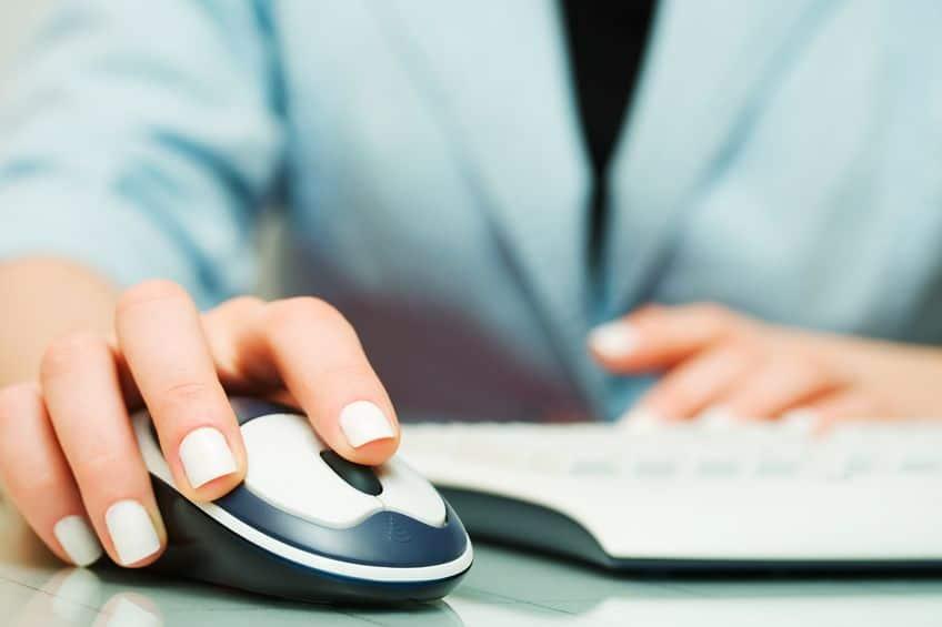 Mulher trabalhando no computador e clicando no mouse