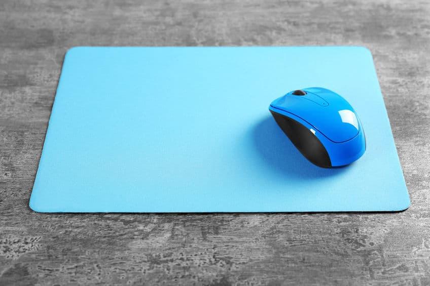 Imagem de mouse pad e mouse azuis.