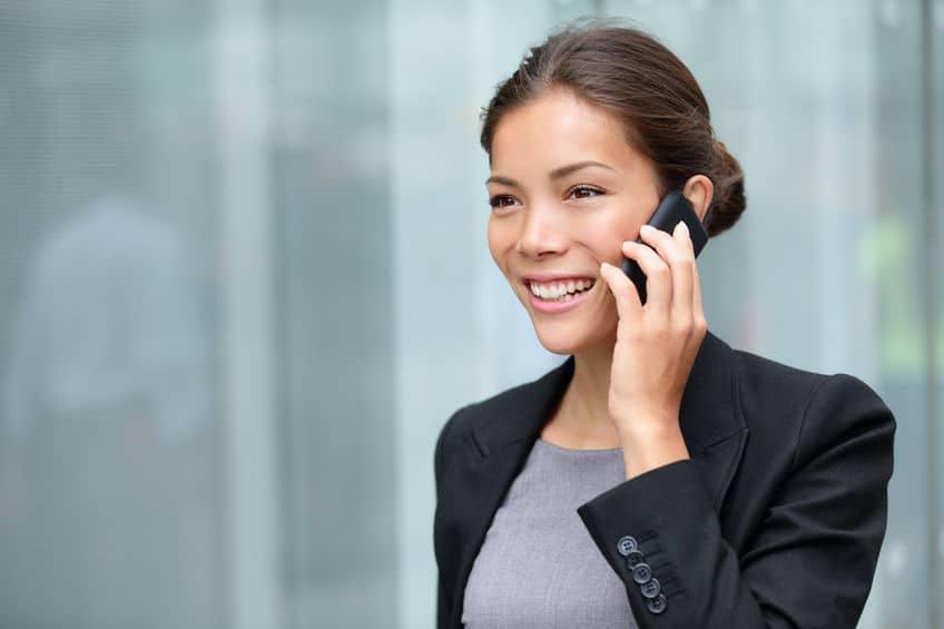 Imagem de mulher falando no celular.