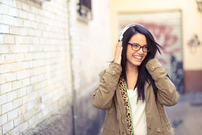 Mulher com fone de ouvido bose.