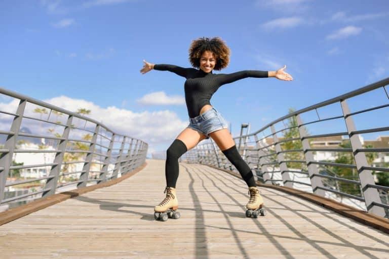 Mulher andando com patins.