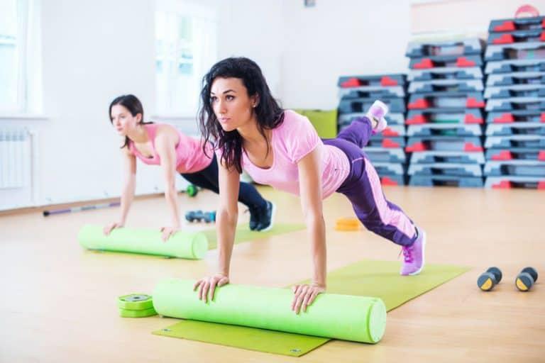 Imagem de mulheres fazendo exercícios com rolo de espumada.