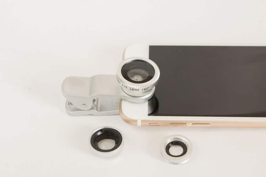 Imagem de lentes e celular.