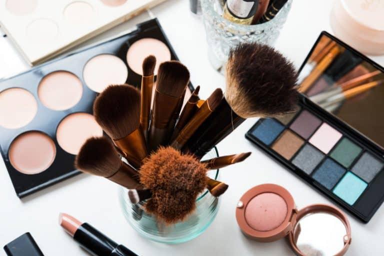 Pinceis e estojos de maquiagem