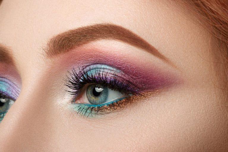 Olhos com maquiagem colorida