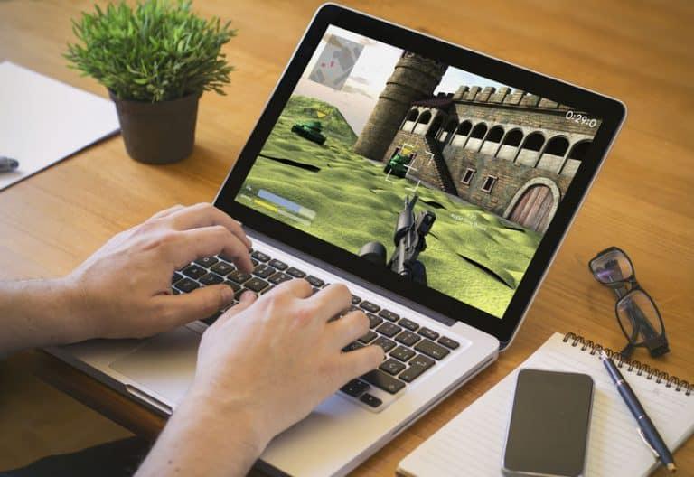Imagem de pessoa jogando em notebook.