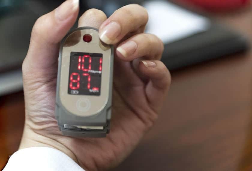 Medindo com oximetro de pulso.