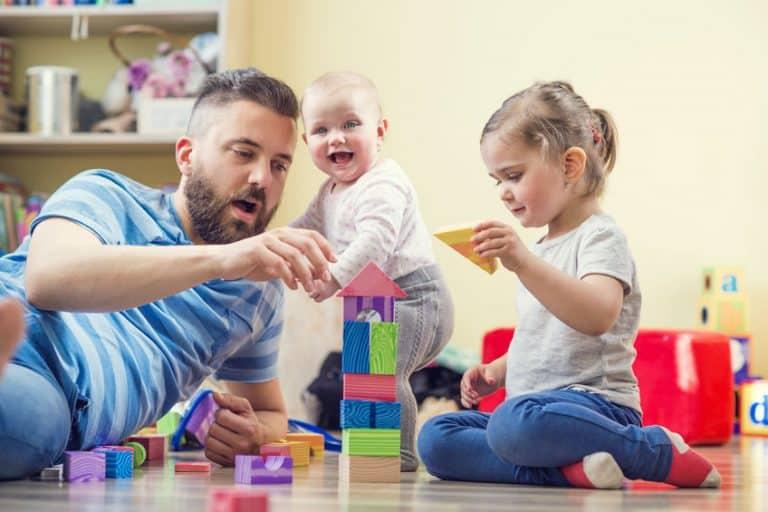 Pai brincando com filhos.