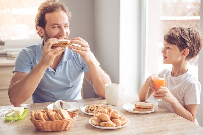 Pai e filho tomando café da manhã.