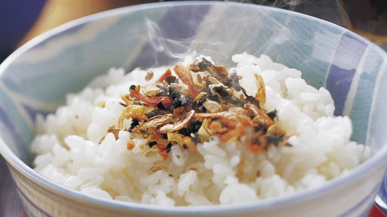 Imagem de pote com arroz cozido.