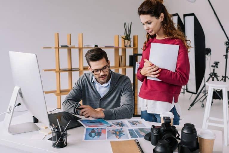Imagem de homem e mulher em escritório.