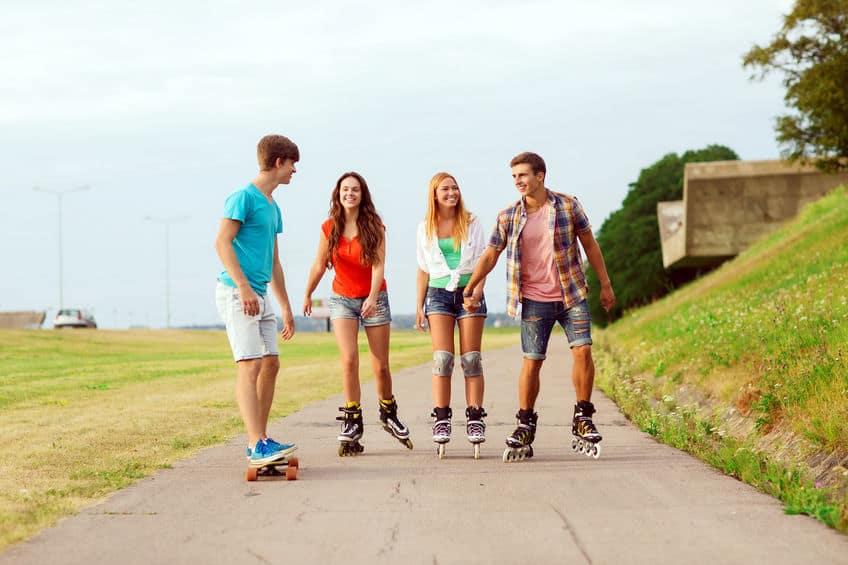 Imagem de amigos andando de patins.