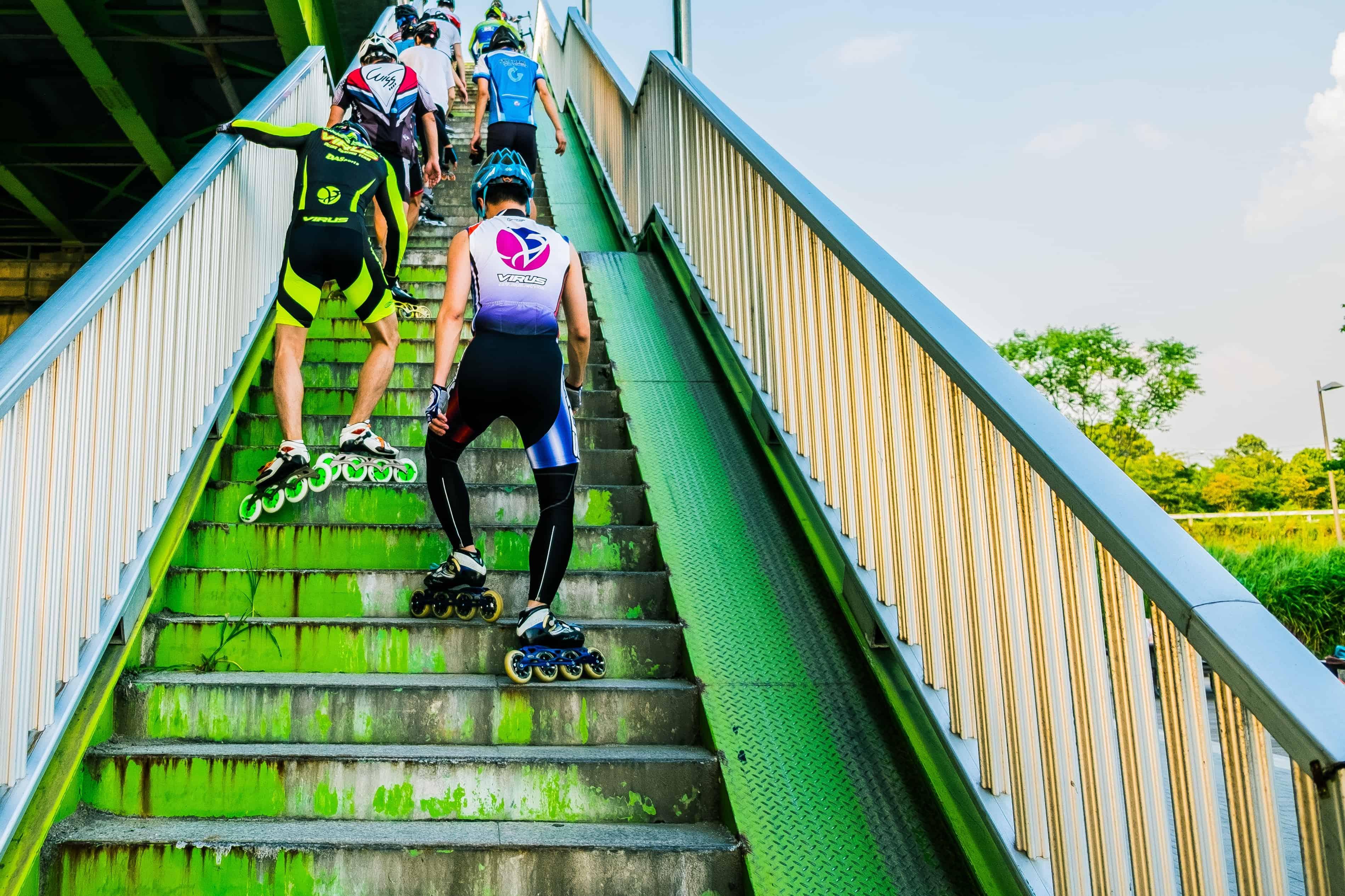 Imagem de pessoas subindo escadas de patins.