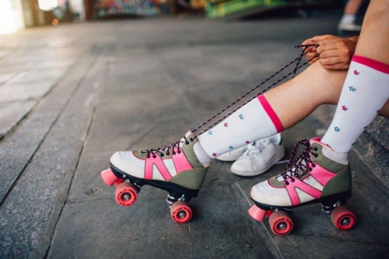 Imagem de patins quad cinza e rosa.